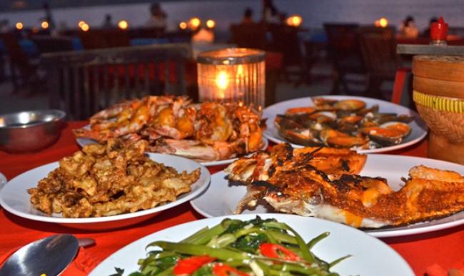 makan malam di pantai jimbaran